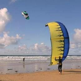 Febbre da kitesurf sulle coste italiane