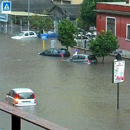 Nubifragio a Roma: citt� in tilt. Morto annegato un anziano