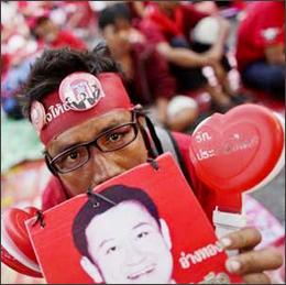 Thailandia: camicie gialle contro camicie rosse, aria di scontri a Bangkok