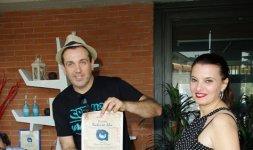La giornalista Federica Rinaudo premia il cantautore romano Alessandro D'Orazi impegnato in progetti socio-ricreativi nei quartieri Torraccia e San Basilio di Roma (Photo ©Adriano Di Benedetto)