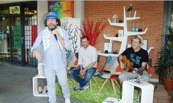 L'attore Gigi Miseferi in una delle sue performance durante il Premio 'Battito Blu' accompagnato dal cantautore romano Alessandro D'Orazi (Photo ©Adriano Di Benedetto)