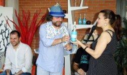 L'attore Gigi Miseferi riceve il Premio 'Battito Blu' dalla giornalista Federica Rinaudo
