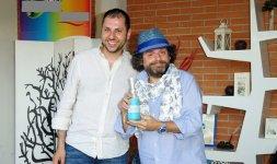 Gigi Miseferi mostra il premio insieme all'imprenditore Mauro Pulcinelli