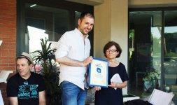 L'imprenditore Mauro Pulcinelli dona il Premio 'Battito Blu' alla rappresentante del centro olistico 'Victory' nel quartiere Borghesiana che si prende cura della mente, dello spirito e della persona (Photo ©Adriano Di Benedetto)