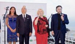 L'Ambasciatore italiano nel Principato di Monaco, S.E. Cristiano Gallo e sua moglie Sabrina Ducceschi durante gli inni monegasco e italiano cantati dal tenore Francesco Zingariello e Katia Ricciarelli