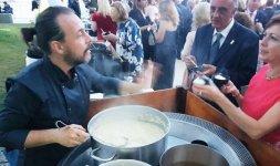 Lo Chef Renato Bernardi, ambasciatore della Dieta Mediterranea nel mondo, ha preparato al momento un apprezzato risotto Carnaroli Pavese mantecato al Parmigiano Reggiano e olio extra vergine di oliva