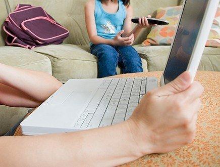 Dai pidocchi alle gite, dai compiti alle cene di classe...ecco a voi le 'mamme digitali'