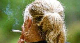 Donne che amano le bionde e uomini che vogliono smettere: tutta colpa del fumo
