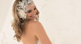Boccoli, chignon, fiori e velette: è l'acconciatura sposa dal tocco romantico e retrò