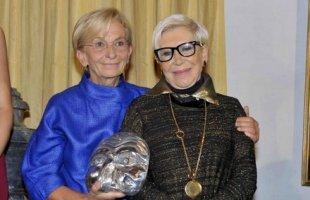 Emma Bonino consegna il premio Intercoiffure - Passion Meets Fashion ad Anna Fendi
