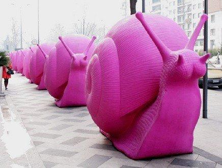 Dal Duomo ai navigli, a Milano la plasticosa invasione della 'Cracking Art'