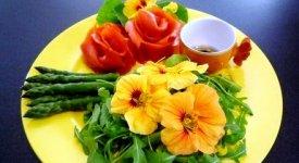 Colore, gusto e allegria, i fiori sbocciano a tavola. Ecco le 40 specie commestibili
