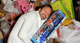 450 giocattoli, divertimento e allegria: compleanno solidale per il comico Alessandro Serra