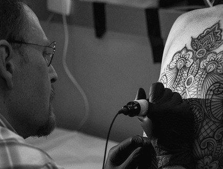 Tatuaggio bene irrinunciabile per gli italiani, ma in pochi firmano il consenso informato