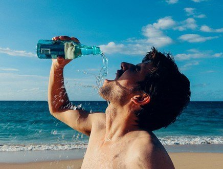 Bere dalla bottiglia e spiare dagli occhiali da sole: ecco cosa fa saltare i nervi in spiaggia