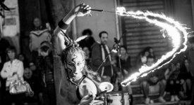 Giocolieri, acrobati e fenici di fuoco: l'arte di strada in tre scatti nel 'Bajocco Click'