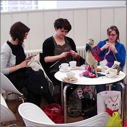 Hobby femminili: knit cafè, il lavoro a maglia negli happy hour di tendenza