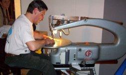 Un artigiano alla sua macchina da lavoro