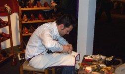 Un calzolaio mentre lavora
