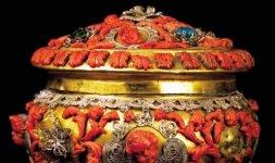 Pisside in rame dorato con ornamenti in filigrana d'argento, corallo e vetri colorati a imitazione di smeraldi e zaffiri. Bottega napoletana della fine del secolo XVII
