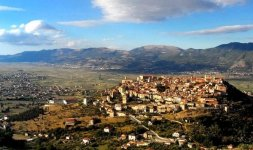 Parte della panoramica del Vallo di Diano. Arroccato sulla collina c'è il borgo medievale di Teggiano Patrimonio dell'Umanità dal 2008 (Photo ©Enzo D'Elia)