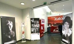 Allestimento della mostra 'La Dolce Vita di Carlo Riccardi' nella Lounge Italo Club alla Stazione Termini