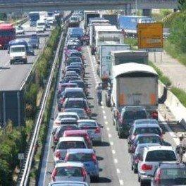 Gli italiani e le vacanze: soggiorni più brevi, in perdita le località balneari del Sud